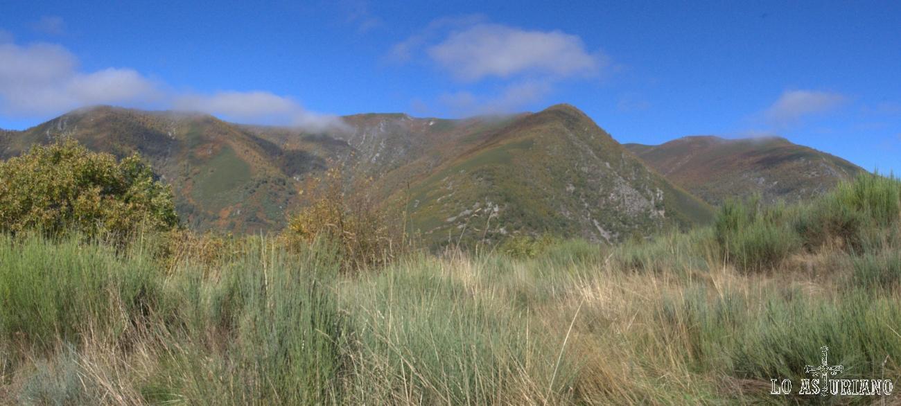 Sierra del Rañadoiro desde el cementerio de Sisterna, Ibias. Justamente parte de esta sierra, pertenece al concejo de Degaña y otra a Cangas del Narcea.