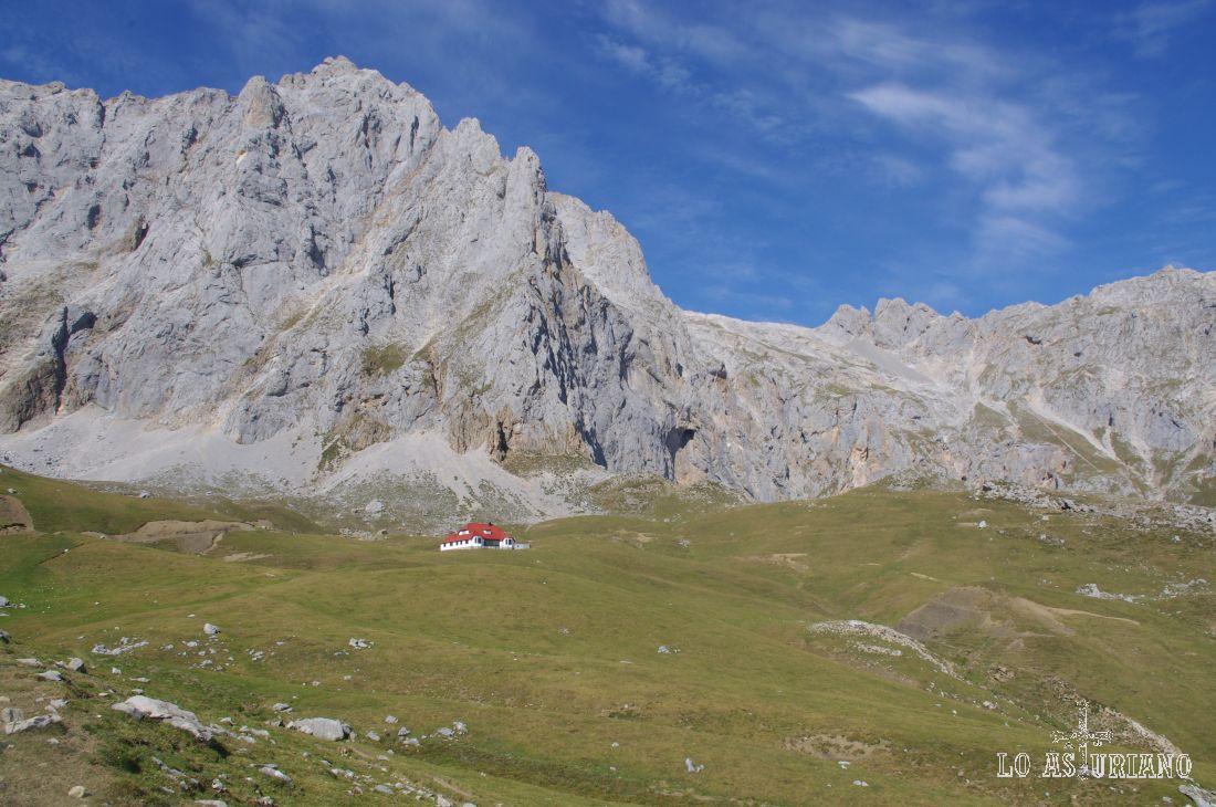 Agujas de Covarrobres y Peña Vieja, con el Chalet Real y su característico tejado rojo.