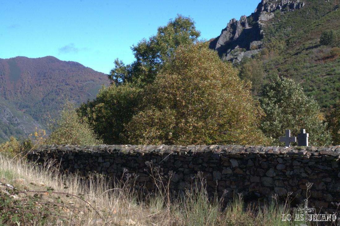 Desde el cementerio, bordeándolo hasta el final, podemos llegar hasta un bonito mirador, en apenas 400 metros.