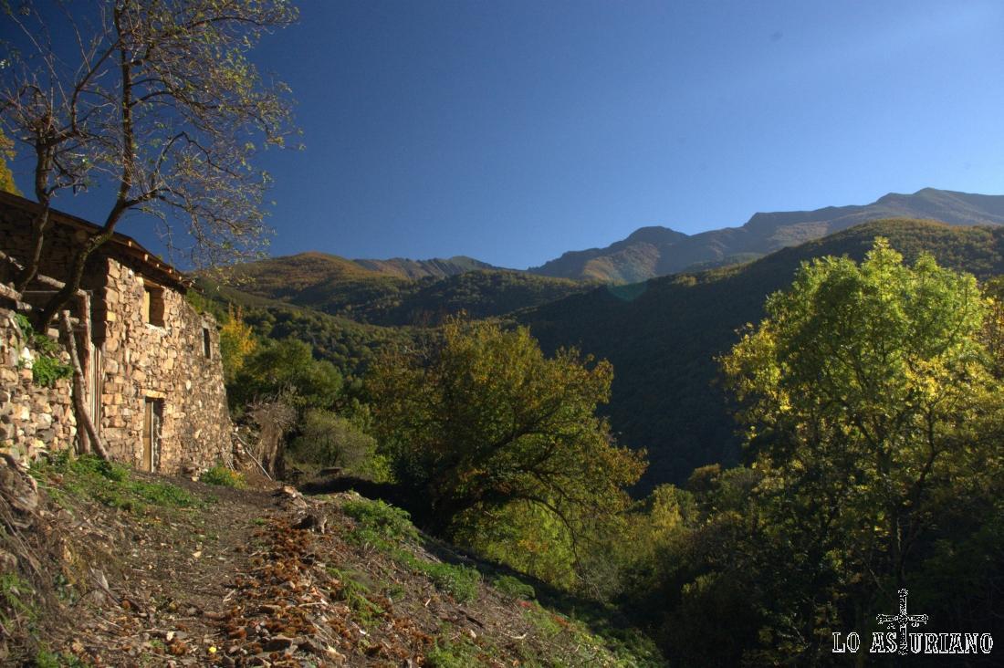La sierra de Moreda al fondo; allí están los lagos de Sisterna, otra bonita visita, que apuntamos a la agenda.