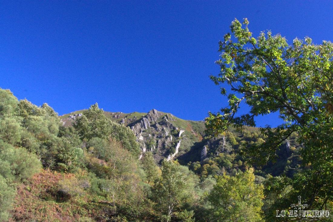 El río Ibias y el río de la Collada, están separadas por esta pequeña sierra que ve del Furadoiru y hasta el Cerro.