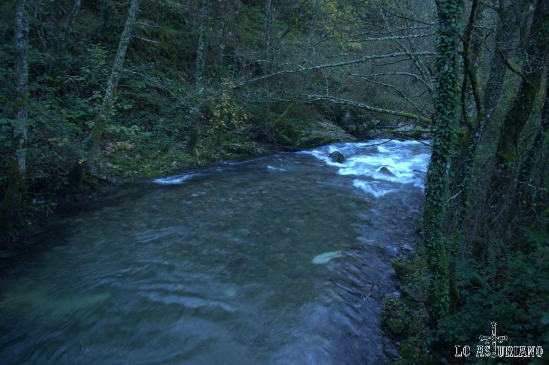El río Ibias, en la zona de El Corralín, hace de límite por unos kilómetros, entre los concejos de Ibias y de Degaña.