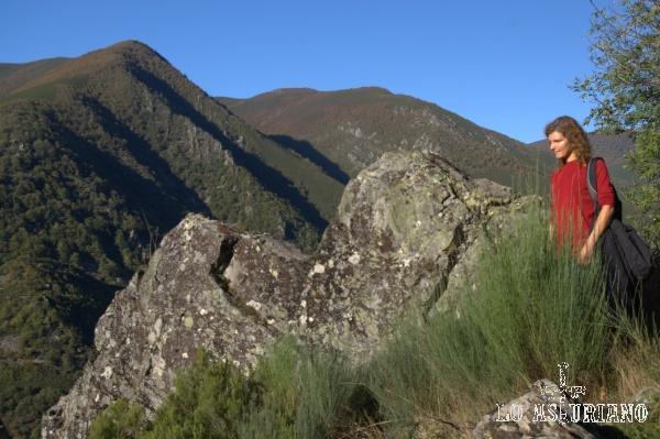 El valle del Regueirón y a su derecha, rojizo, el monte la Viliella.