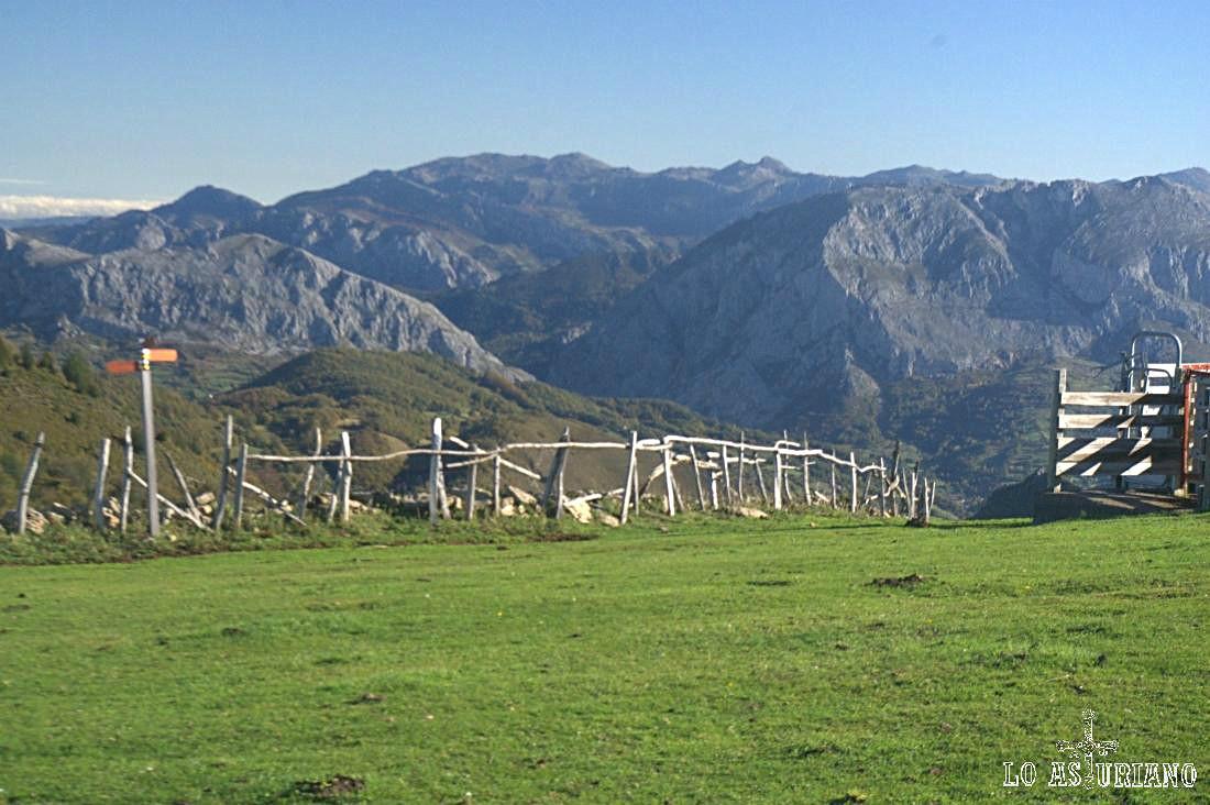 Promete este día senderista en esta preciosa zona entre Somiedo y Teverga (al fondo).