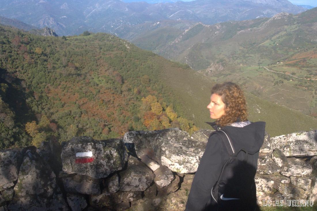 Marca del camino, con el valle de Villamor al fondo.