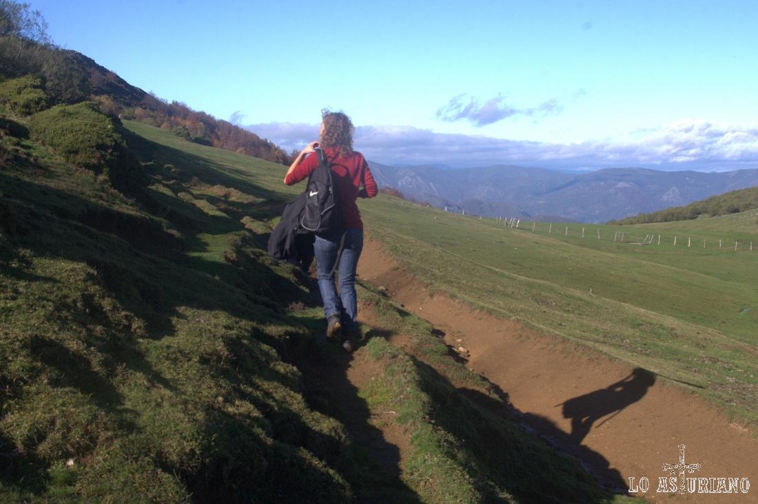 Siguiendo las veredas pastoriles, poco a poco hacia arriba.