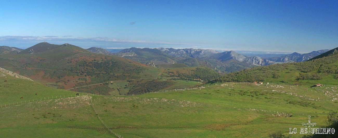 Piedraxueves y al fondo, el paso del puerto de San Lorenzo, la antena sobre La Granda y las cimas grises de Teverga.