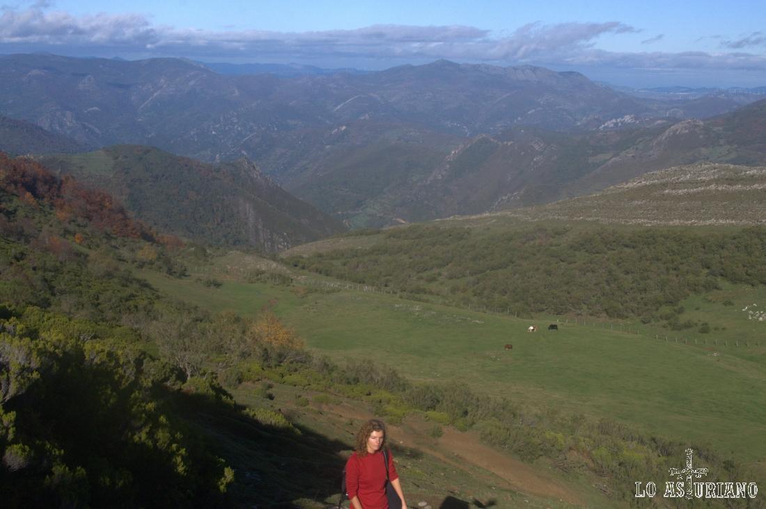 A medida que vamos subiendo por las laderas, siguiendo intuitivamente las sendas pastoriles, dirección hacia el Michu, tenemos vistas más amplias.