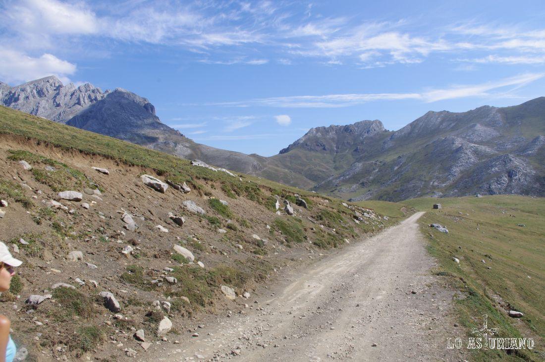 Esta camino atraviesa los preciosos Puertos de Aliva. Puedes tirar, si quieres, hacia Espinama, o bien, hacia Sotres.