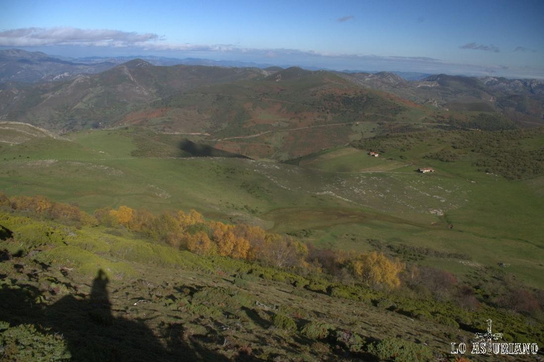 Vistas hacia el Puerto de San Lorenzo, desde las laderas del Michu, a 1595 metros de altura.