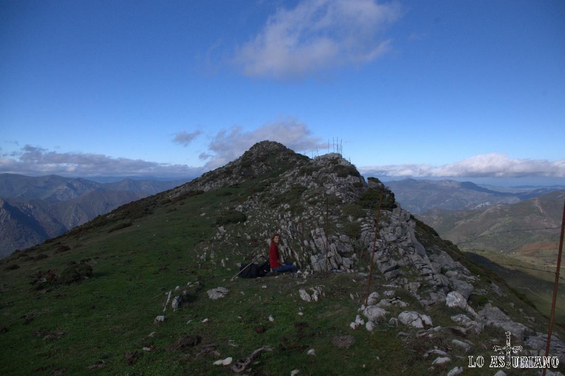 Descansando en la bonita cresta del Michu, cima somedana que da al valle de Saliencia.