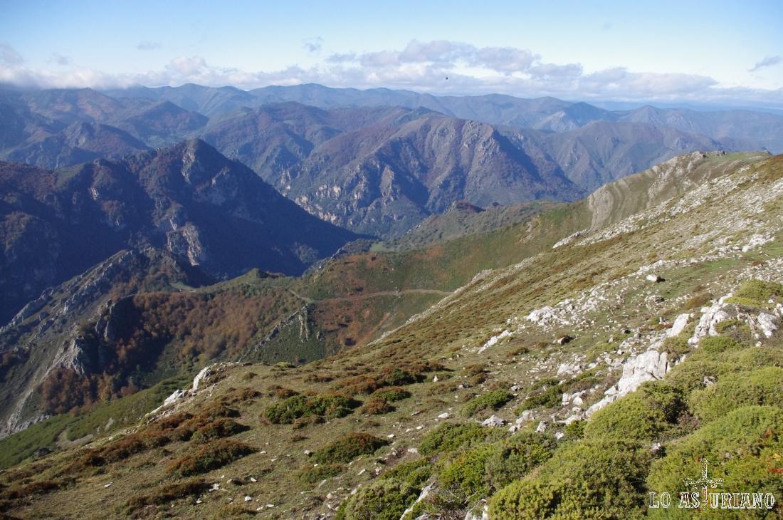 El embalse de la Malva, se esconde detrás de las laderas rojizas de la izquierda.