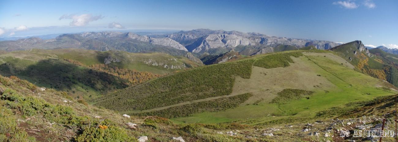 Estupendas vistas de las sierras de Teverga y de la Peña Michu (más a la derecha); se adivina de maravilla el ascenso a esta cima.