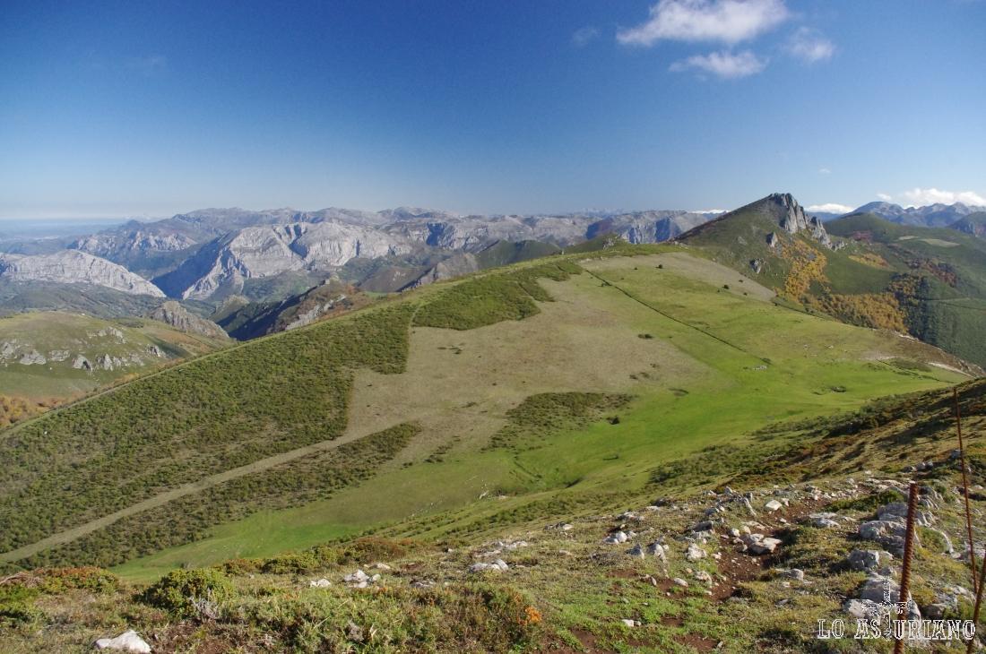 La preciosa Peña Negra, de 1833 metros y al fondo, la sierra de Sobia, ya en Teverga.
