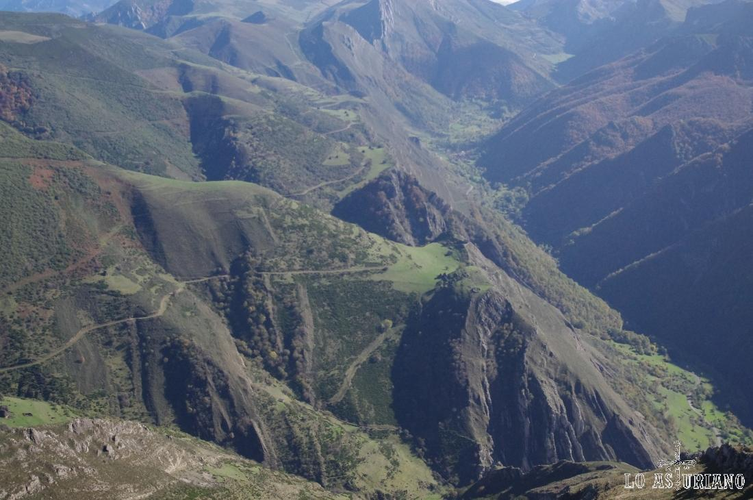 Magnífica vista de las brañas del Valle de Saliencia, que también tenemos en otra de las rutas de la web.