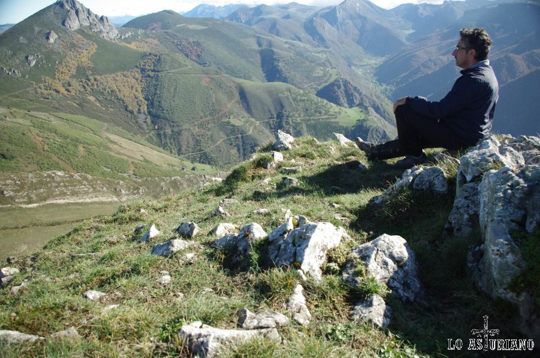 Descanso maravilloso en el extremo del cresterío, sobre el maravilloso valle de Saliencia.