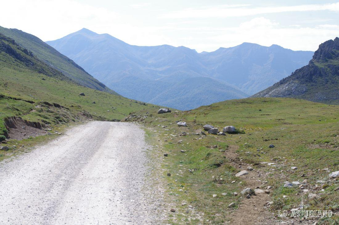 Bajamos ya, después de bordear la majada de Espinama, hasta el Portillón, que es un estrecho paso, que se cierra, para que el ganado no retorne, desde estas praderías, al pueblo, que se encuentra varios kilómetros abajo.
