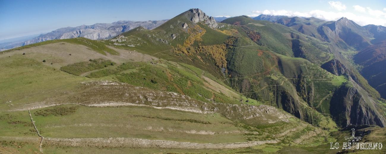 En el centro, la bonita cima de la Peña Negra; a su derecha, el valle de Saliencia, con sus brañas, y al fondo del todo, las cimas de Teverga (izquierda) y Bígaros, derecha.