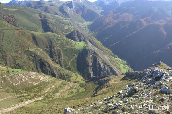 Estupenda perspectiva de todo el valle, con los bosques de la derecha, en las Bustariegas, más rojizos.