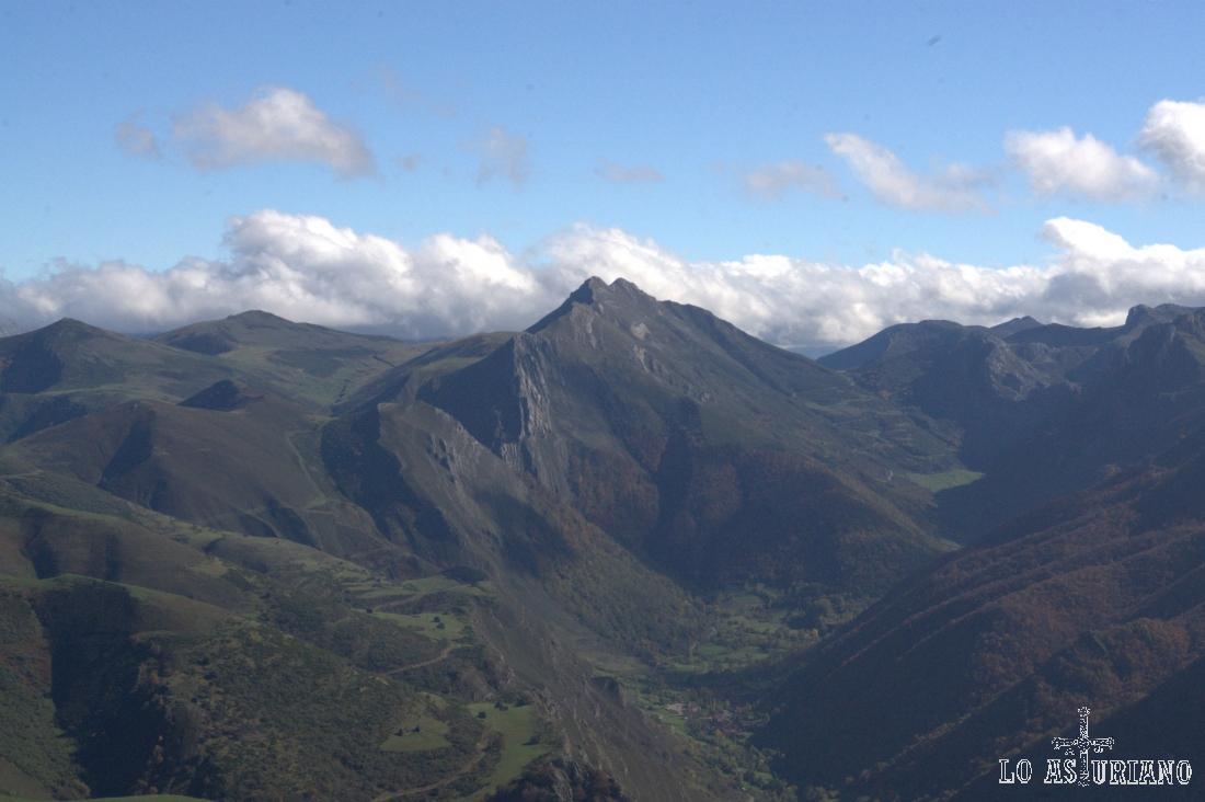 En la parte central de la imagen, el Pico Muñón y Bígaros.