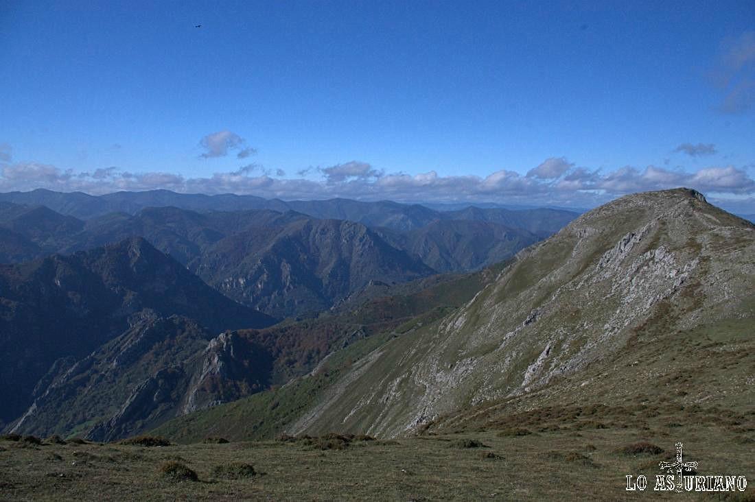 Las Campas, Marieta, de 1104 m, detrás del cual está el embalse de Malva.