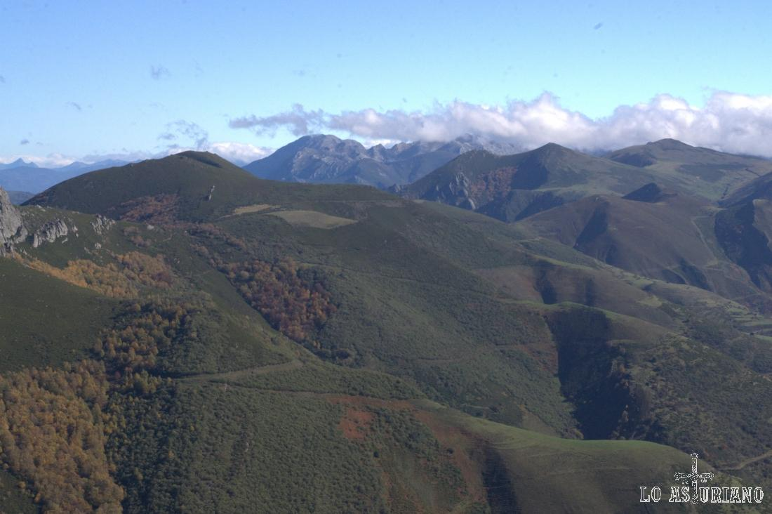 Las nubes cubren parte del macizo de las Ubiñas; delante, la Ferreirúa, cima de Teverga.
