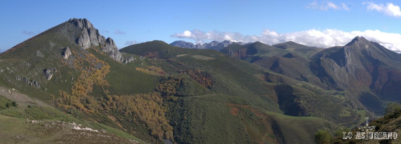 De izquierda a derecha: Peña Negra, macizo de las Ubiñas (más al fondo), puertos de la Mesa y la sierra de los Bígaros.