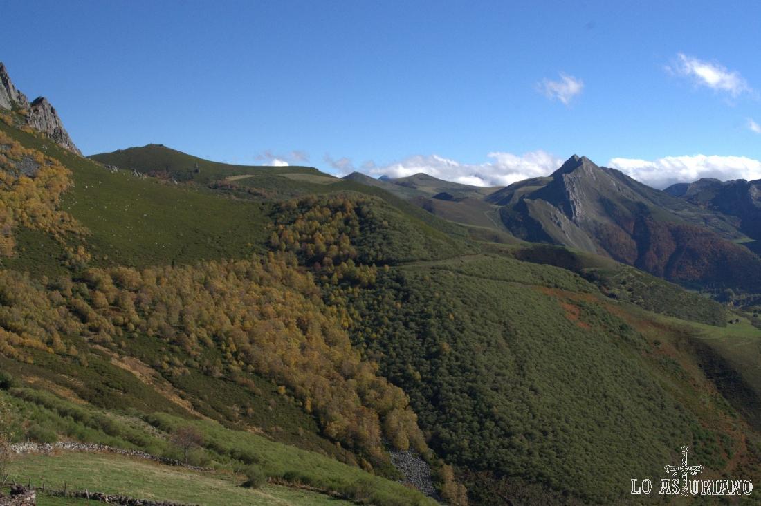 Vistas hacia los Bígaros y altos de la Farrapona, desde la Corra.
