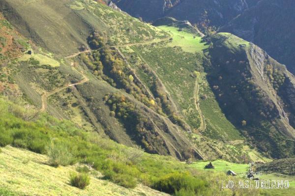 El camino más bajo en la foto, es el que sube desde Arbeyales hasta la braña de Ordiales. A su izquierda, parte el camino que une la braña de Ordiales con la de Murias y luego, arriba, con la de la Corra.
