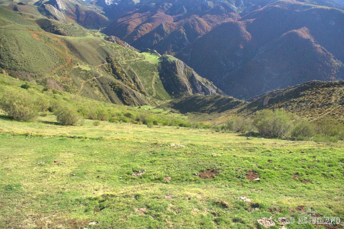"""Estamos a unos 2 km del pueblo más cercano, Arbayales o Arbechales, en la imagen, en la """"v"""" del valle, bajo los bosques rojizos."""