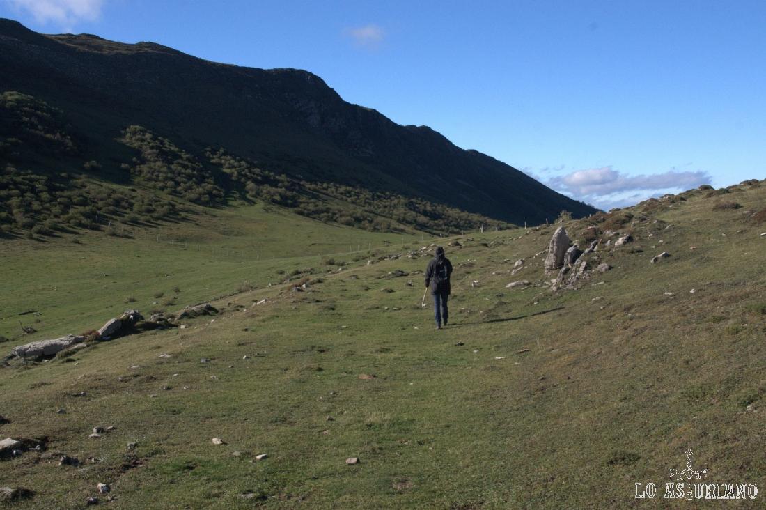 Camín Real de la Mesa, en el entorno de Peña Michu, que tenemos a la izquierda.