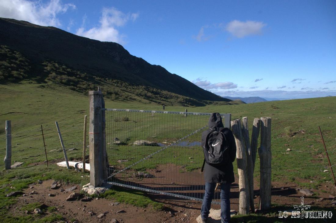 Volvemos a cruzar la valla, que debemos dejar cerrada, tal cual la encontramos.