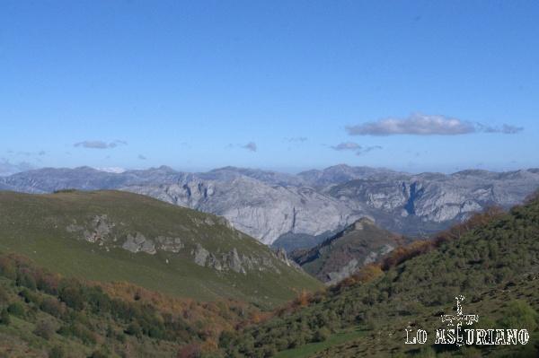 El pequeño Pico Cuerno se asoma en el valle del río Bayo; las grises rocas de las sierras de Sobia y Gradura, al fondo.