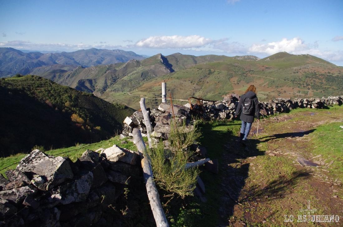 La Granda, de 1545 m, a la derecha; el Pico Miró (1205 m) y la Peña del Home (1456 m), a su izquierda (montaña más escarpada).