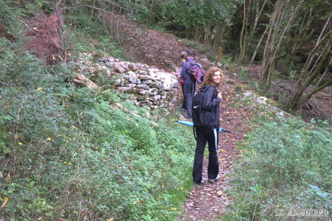 La senda sube ahora junto al arroyo Beyu, que como ves está seco.