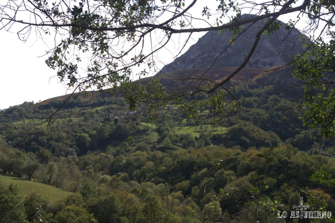Pico del Teyéu, de 1047 m, y en sus laderas, el pueblo de Villaverde, por el que pasaremos más adelante.