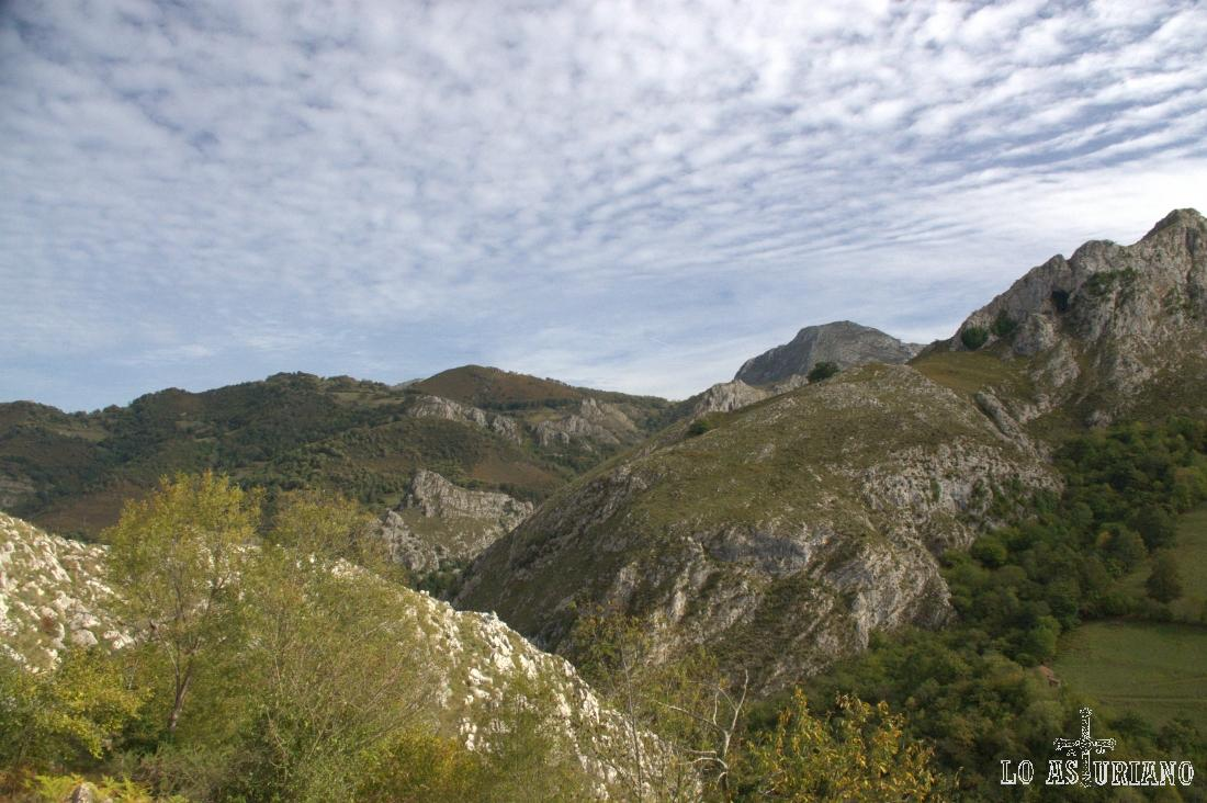 Detrás de la sierra de Trexeru, están las sierras del Visu, Amieva o Cangas.