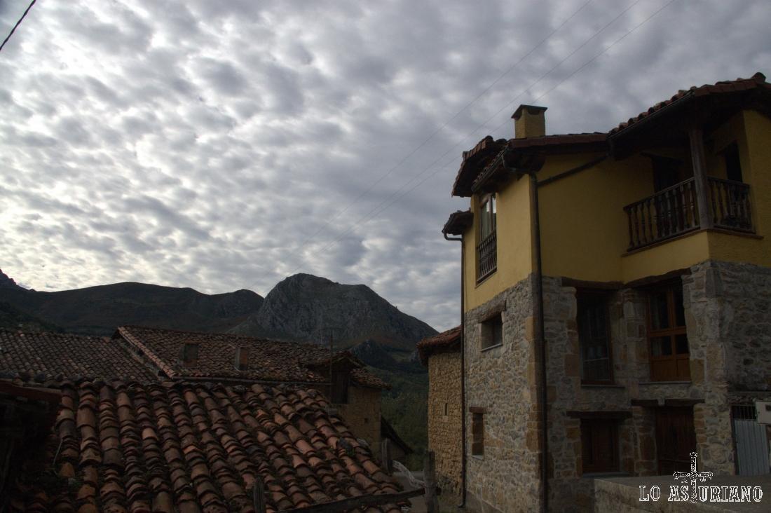 Pen, situado a 375 m de altitud en las cercanías de Peña Dulce, es un lugar muy bien conservado y que no te dejará indiferente.