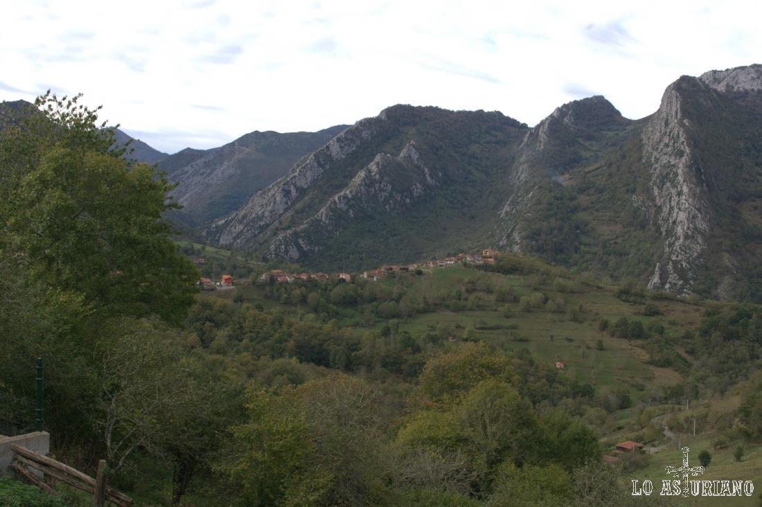 Cirieño, y detrás, Peña del Valle y Peña Salgar.