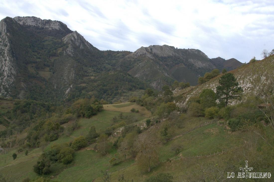 El Pico Cetín y a su derecha, el Jorcáu Teyero y El Porrón.