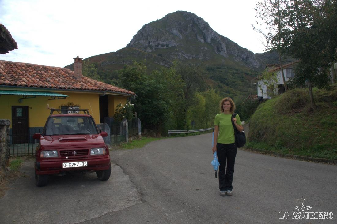 Cruzamos todo el pueblo y al final, encontramos esta carretera, que será la de nuestra marcha, dirección hacia la montaña del fondo: el Teyéu.