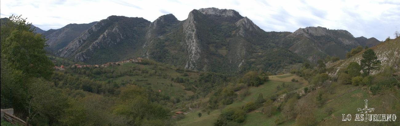 Entre los montes de Cetín y Cea, al fondo, tapado por la colina donde está el pueblín de Pen, fluye el cristalino río Ponga.