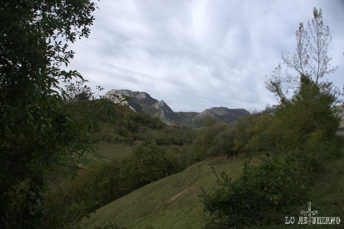 Pico Cetín, al fondo, visto cerca ya del pueblo de Villaverde.