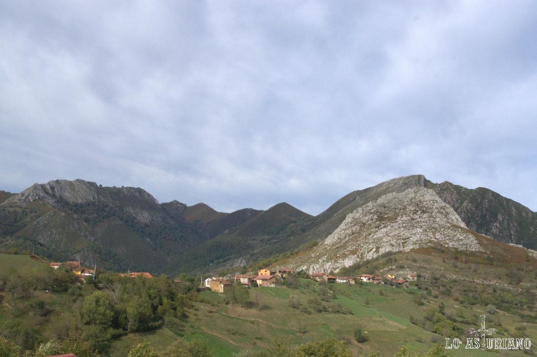 Peña Dulce, a la derecha, por cuyas laderas, hemos ascendido hasta Pen, en la primera parte de la ruta.