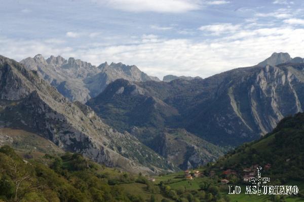 Cuesta Colín, justo detrás de Argolibio en la imagen, rondando los 1000 metros.