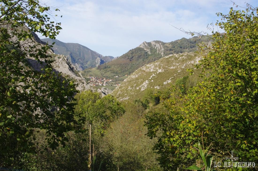 Sames al fondo y el valle del río Cormenero