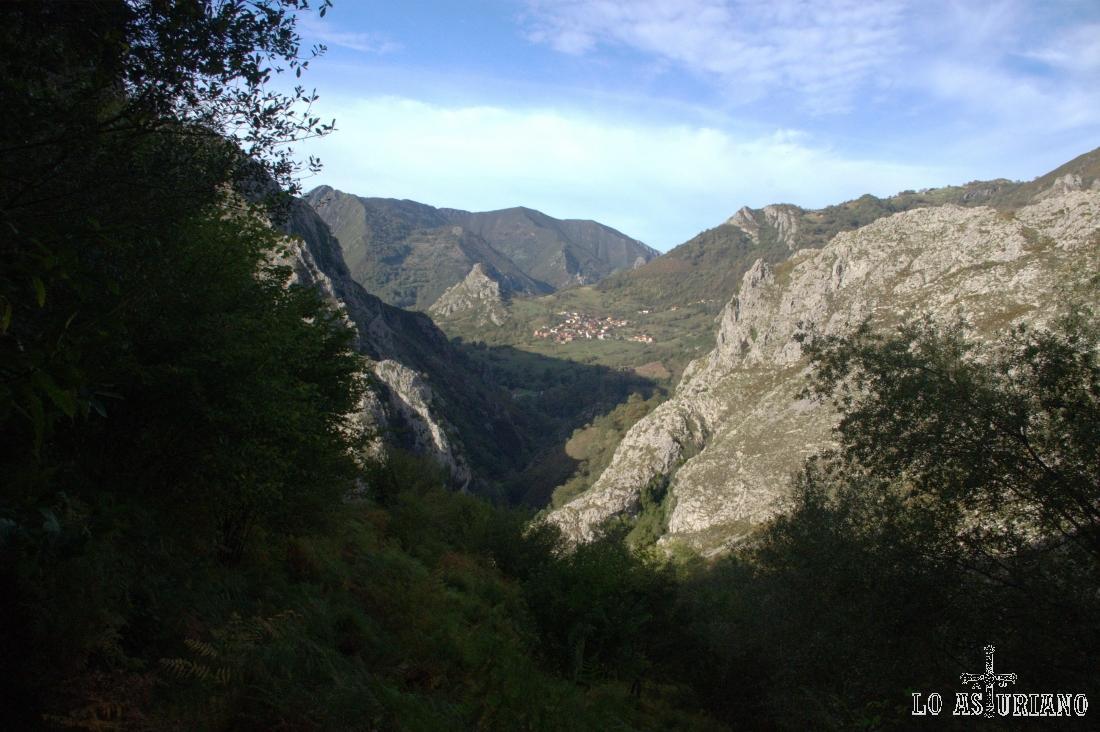 Sames y la corona el Castiellu, pequeña punta a su lado izquierdo, al fondo. Observa la perfecta V del valle del Cormenero, por cuyo lado derecho iremos bajando (a veces, como podamos).