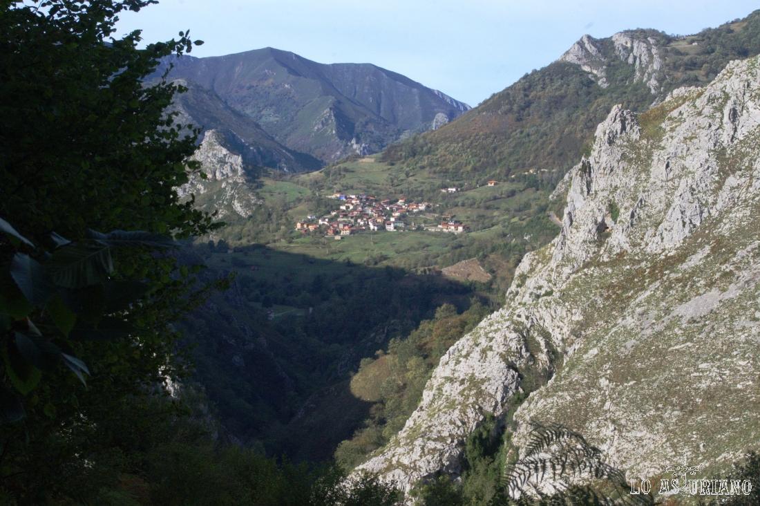 Sames, en las laderas de Cueto Ories, y detrás, las estribaciones del Porru.