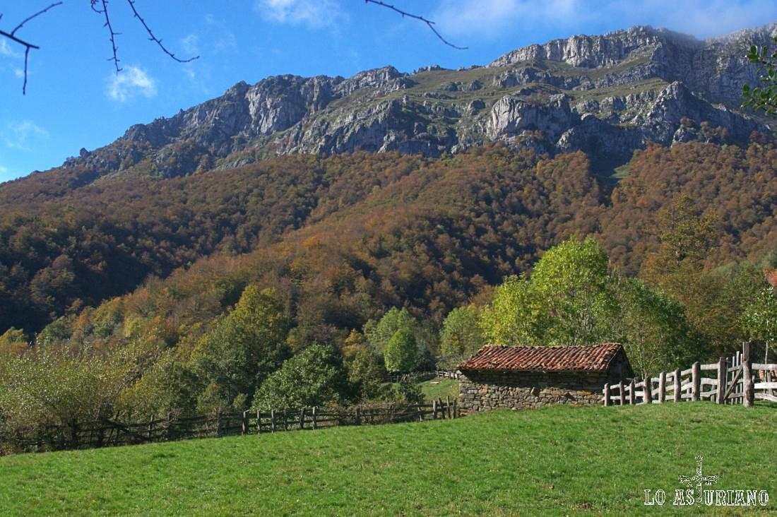 La preciosa majada de la Ablanosa, ante el Cantu l´Osu y la sierra de Pries, que al otro lado esconden la maravilla de Brañagallones.