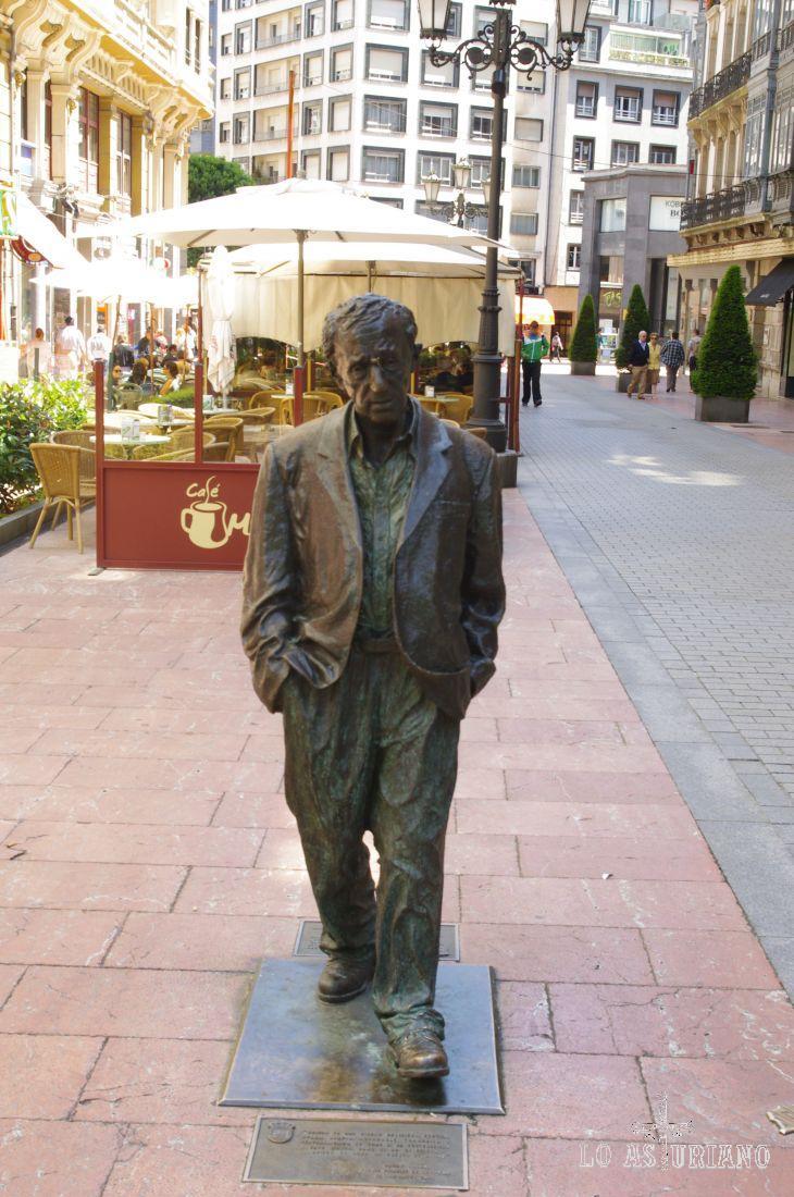 Woody Allen camina ahora para siempre, por el centro de su admirada ciudad de Oviedo.